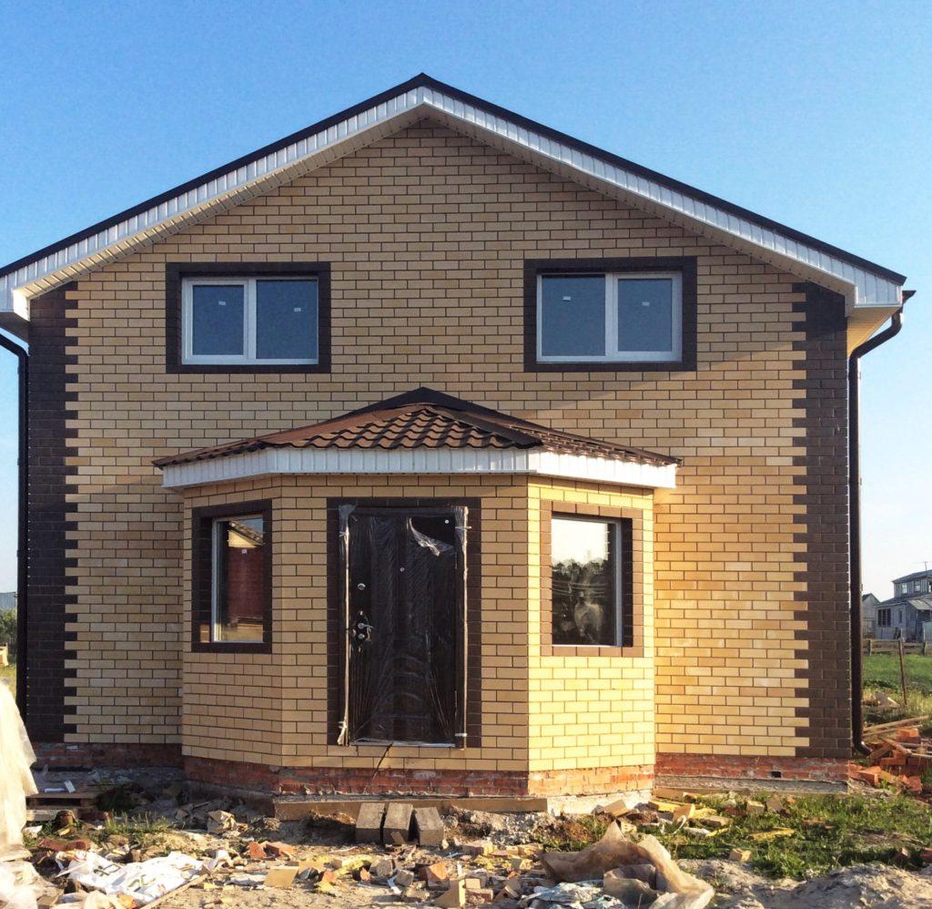 Строительство двухэтажного дома их желтого кирпича